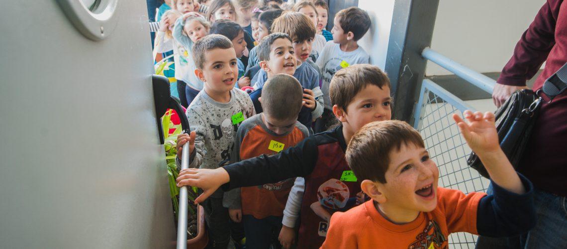 הילדים נכנסים לספריה